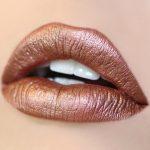 Après les lèvres mattes, la tendance du métallique